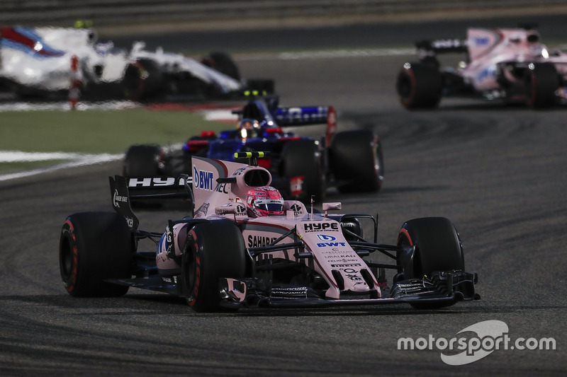 Esteban Ocon, Force India VJM10, Carlos Sainz Jr., Scuderia Toro Rosso STR12