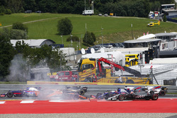An accident involving Daniil Kvyat, Scuderia Scuderia Toro Rosso STR12, Fernando Alonso, McLaren MCL32, Max Verstappen, Red Bull Racing RB13, unfolds at the start