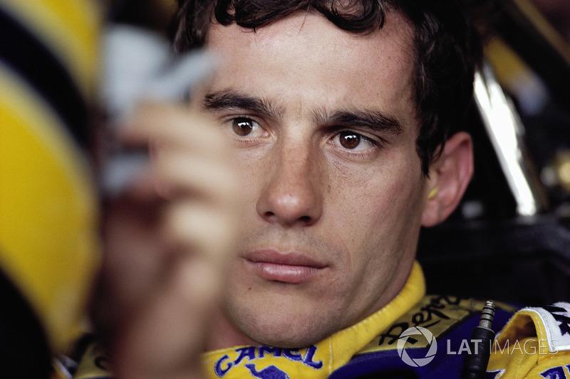 Bekötik Ayrton Sennát a Lotus cockpitjába