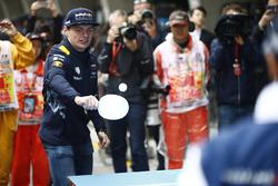 Max Verstappen, Red Bull Racing; Felipe Massa, Williams, spielen Tischtennis