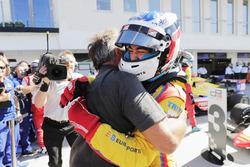 Le vainqueur Giuliano Alesi, Trident, avec son père Jean Alesi