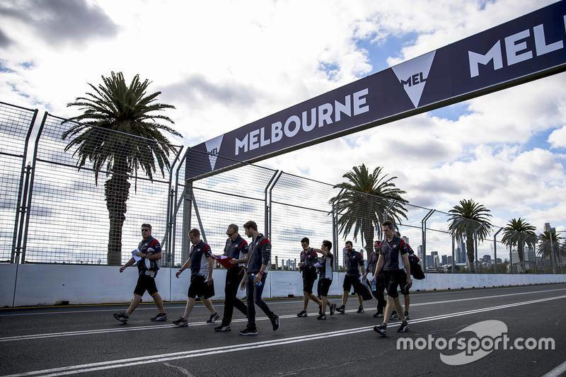 Romain Grosjean, Haas F1 Team Haas camina por el circuito con el equipo