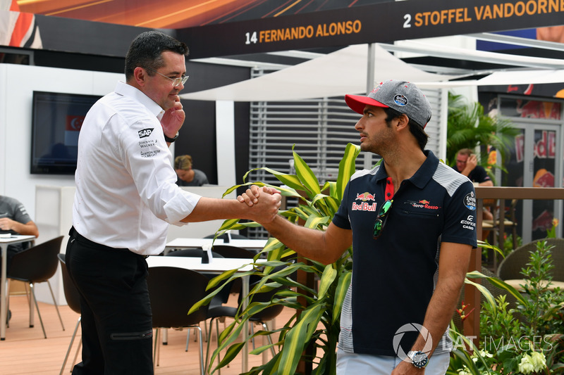 Eric Boullier, Director de carreras de McLaren y Carlos Sainz Jr., Scuderia Toro Rosso