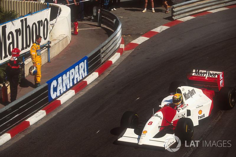 За барьером – Михаэль Шумахер. Он стартовал впереди Сенны и лидировал с 11 до 32 круга, пока не сошел с дистанции из-за неисправности в подвеске Benetton