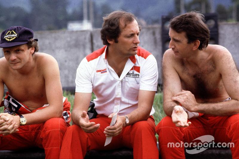 Ron Dennis, McLaren-Ford Cosworth, bersama Niki Lauda (kiri), dan John Watson