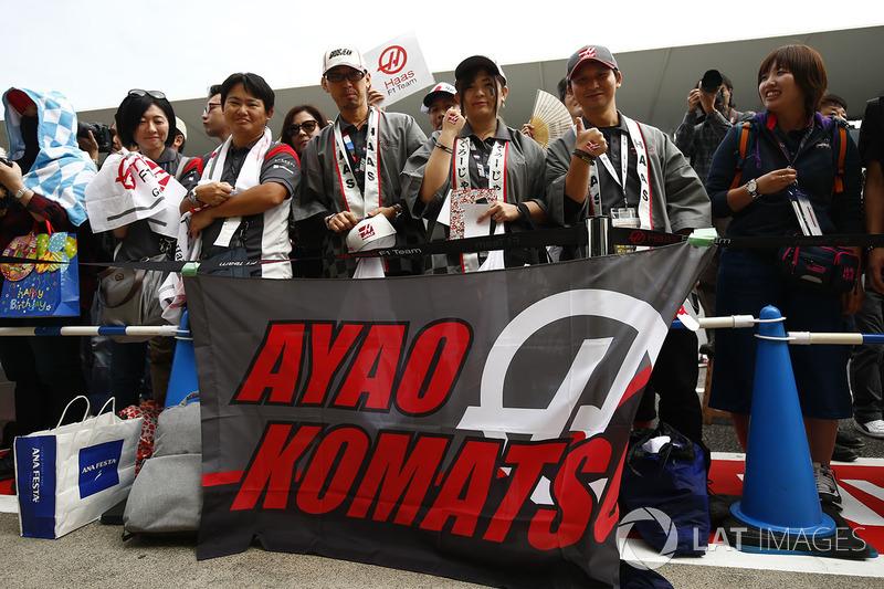 Уболівальники із баннером на підтримку головного гоночного інженера Haas F1 Team Аяо Коматсу