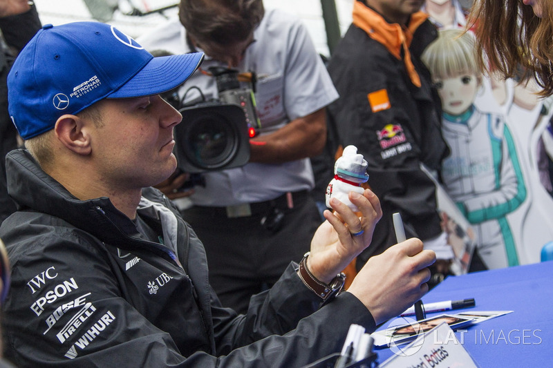 Валттері Боттас, Mercedes AMG F1, розда автографи