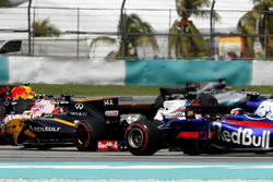 Старт гонки: Нико Хюлькенберг, Renault Sport F1 Team RS17, Фелипе Масса, Williams FW40, и Пьер Гасли, Scuderia Toro Rosso STR12