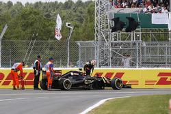 Pastor Maldonado, Lotus E23 sube a su coche tras estrellarse en el inicio