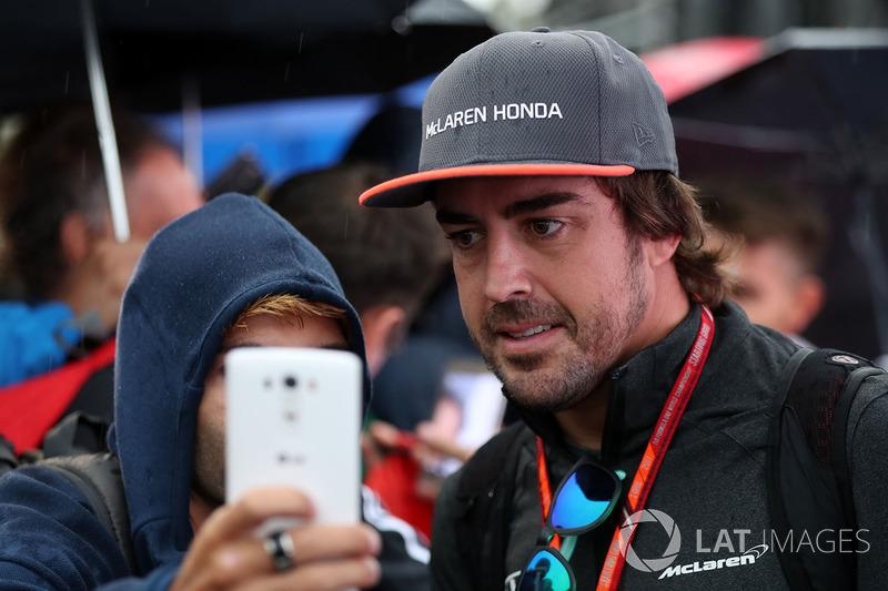 Фернандо Алонсо, McLaren, робить селфі з уболівальниками