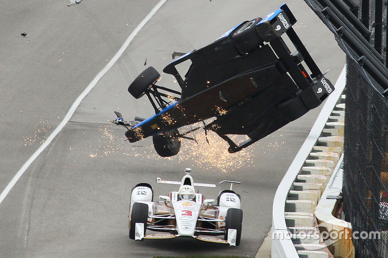 Choque de Scott Dixon, Chip Ganassi Racing Honda, Helio Castroneves, Team Penske Chevrolet, maneja por debajo
