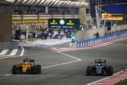 Kevin Magnussen, Renault Sport F1 Team RS16 and Nico Hulkenberg, Sahara Force India F1 VJM09