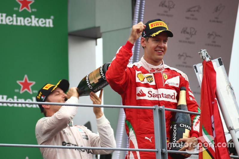 il vincitore Nico Rosberg, Mercedes AMG Petronas F1 W07 e il terzo Sebastian Vettel, Scuderia Ferrar