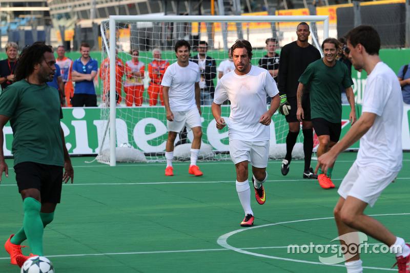Fernando Alonso, McLaren Honda beim Charity-Fussballspiel