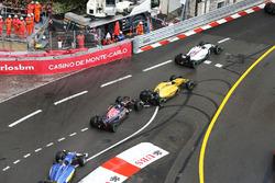 Даниил Квят, Scuderia Toro Rosso STR11 и Кевин Магнуссен, Renault Sport F1 Team RS16 - столкновение