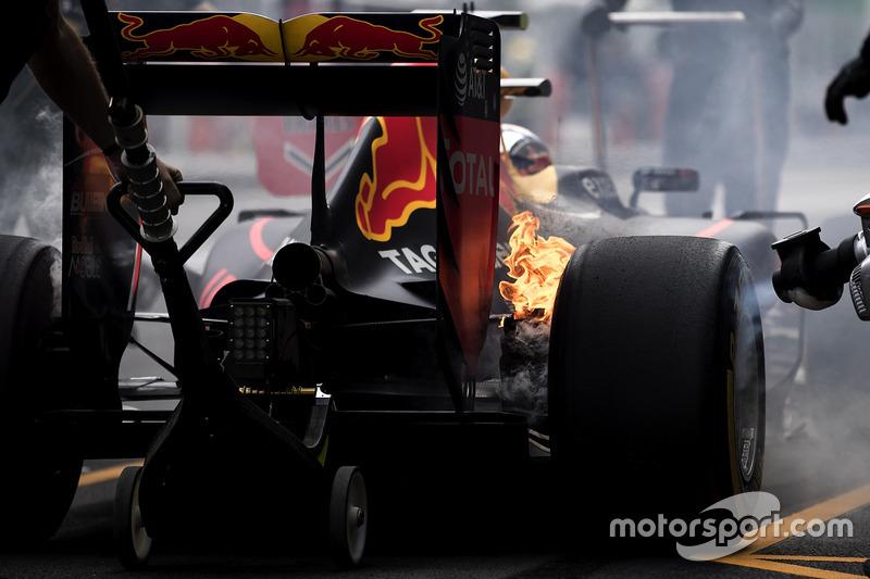 1. Los frenos de Max Verstappen, Red Bull Racing RB12, fuego en los pits
