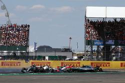 Lewis Hamilton, Mercedes-AMG F1 W09 spin na contact met Kimi Raikkonen, Ferrari SF71H bij de start