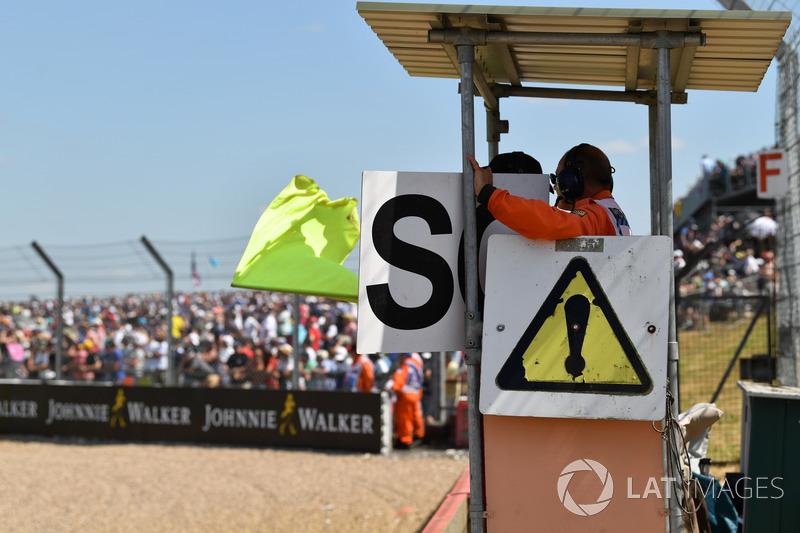 I marshal sventolano la bandiera gialla e mostrano il cartello della Safety car