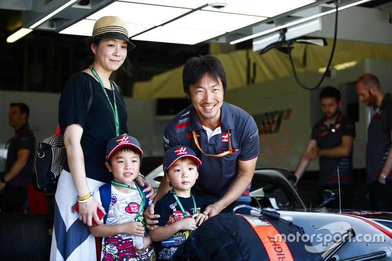 L'ingénieur de course de Haas F1 Team, Ayao Komatsu avec des invités dans le garage Haas