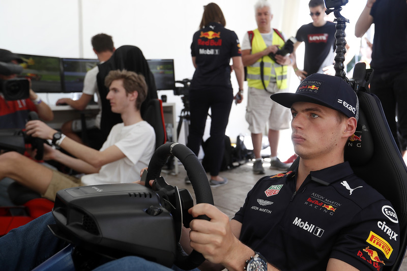 Max Verstappen, Red Bull Racing en un simulador de carreras