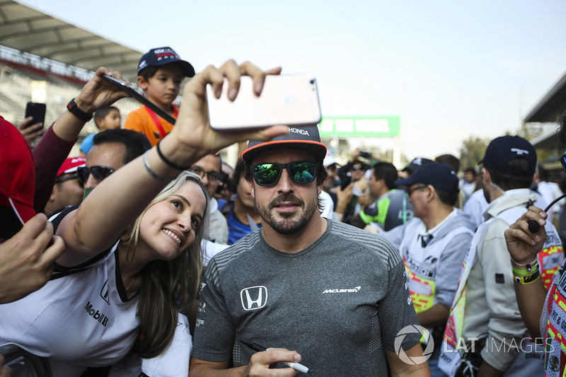Fernando Alonso, McLaren,  firma de autógrafos para los aficionados