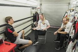 George Russell (ART Grand Prix) répond aux questions d'Alexa Quintin, directrice de communication FIA F2 et GP3, et de David Cameron, attaché de presse FIA F2 et GP3