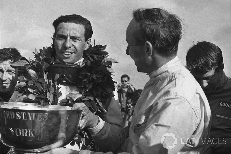 Grand Prix des États-Unis 1966 : John Surtees et Jim Clark sur le podium