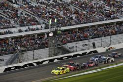 Restart, Ryan Blaney, Team Penske Ford Fusion leads