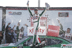 Kevin Harvick, Stewart-Haas Racing with Biagi-Denbeste Racing, Hunt Brothers Pizza Ford Mustang in victory lane