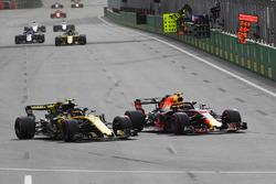 Max Verstappen, Red Bull Racing RB14 y Carlos Sainz Jr., Renault Sport F1 Team R.S. 18 batalla