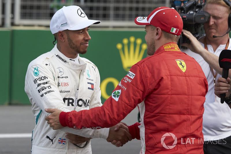 Lewis Hamilton, Mercedes AMG F1, felicita a Sebastian Vettel, Ferrari, por su pole después de la Calificación