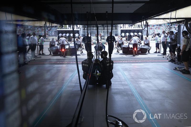 Valtteri Bottas, Mercedes AMG F1 W09, na garagem