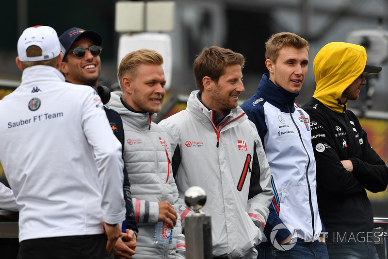Kevin Magnussen, Haas F1, Romain Grosjean, Haas F1 and Sergey Sirotkin, Williams on the drivers parade