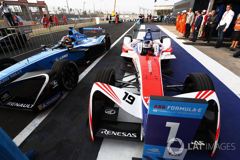Ganador de la carrera Felix Rosenqvist, Mahindra Racing, celebra regresando al parc ferme con Sébastien Buemi, Renault e.Dams