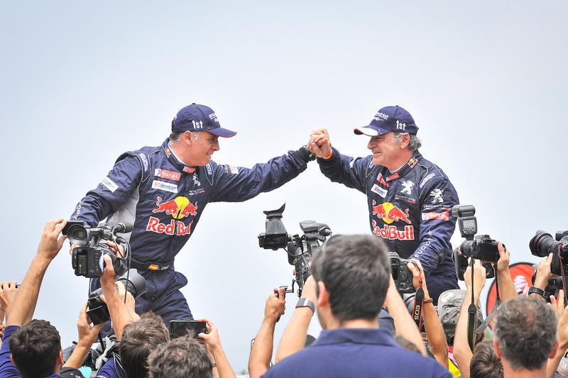 I vincitori tra le Carlos Sainz, Lucas Cruz, Peugeot Sport