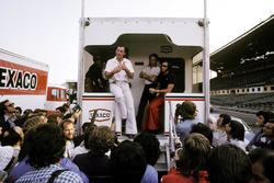 Graham Hill, Hill Dueño del equipo, como un representante de la GPDA, explica desde la parte trasera de la autocaravana de McLaren el viernes de la reunión, sobre la decisión de pilotos de no correr por el mal estado de la barandilla de la guarnición del calle circuito