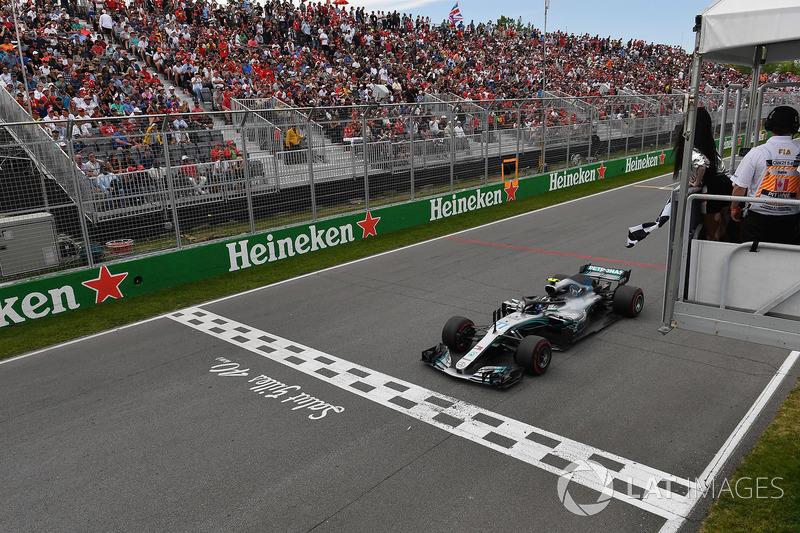 Valtteri Bottas, Mercedes-AMG F1 W09, damalı bayrağı sallayan Winnnie Harlow