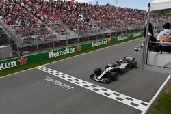 Valtteri Bottas, Mercedes-AMG F1 W09 takes the chequered flag waved by Winnnie Harlow (CDN)