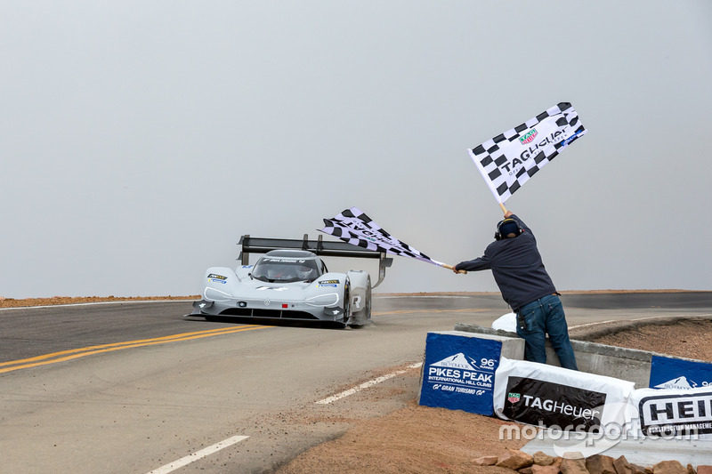 Drapeau à damier pour #94 Romain Dumas, Volkswagen I.D. R Pikes Peak