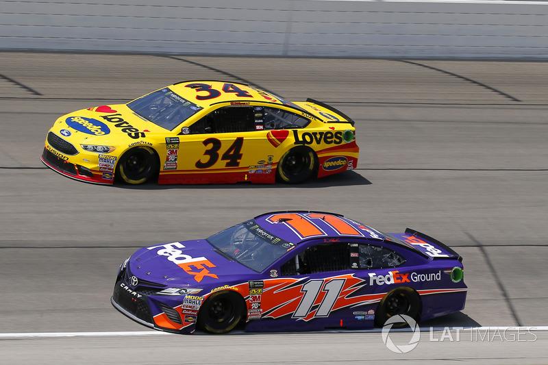 Denny Hamlin, Joe Gibbs Racing, Toyota Camry FedEx Ground e Michael McDowell, Front Row Motorsports, Ford Fusion Love's Travel Stops
