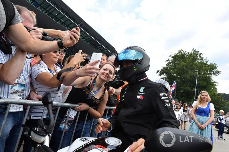 Lewis Hamilton, Mercedes-AMG F1 en su MV Agusta