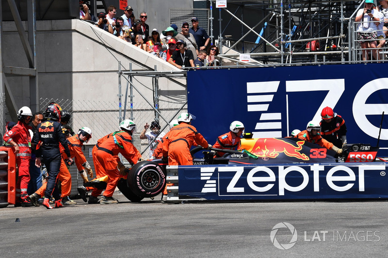 Comisarios remueven el coche accidentado de Max Verstappen, Red Bull Racing RB14