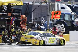 Ryan Blaney, Team Penske, Ford Fusion Menards / Pennzoil, makes a pit stop