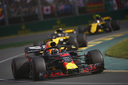 Daniel Ricciardo, Red Bull Racing RB14 Tag Heuer, delante de Nico Hulkenberg, Renault Sport F1 Team R.S. 18, y Carlos Sainz Jr., Renault Sport F1 Team R.S. 18