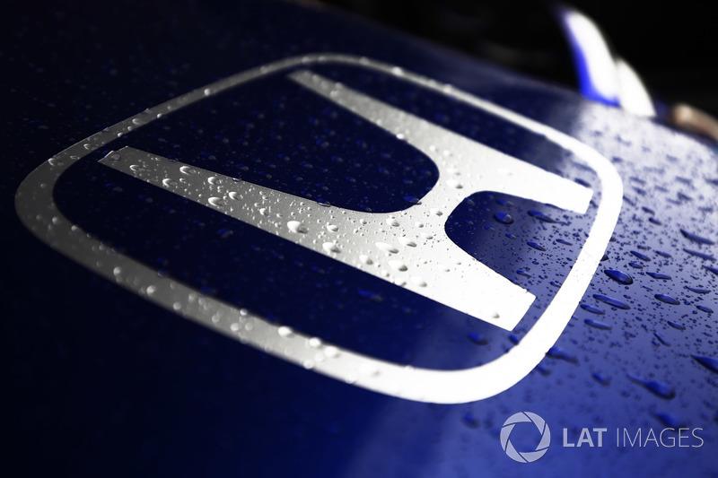 Tetesan air hujan di logo Honda