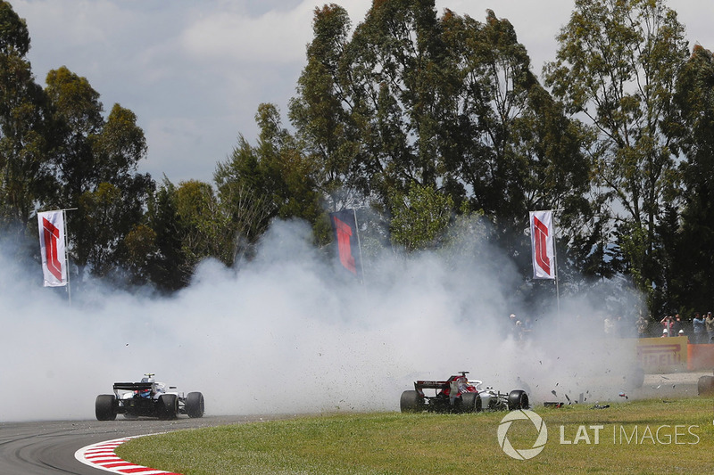 Pierre Gasly, Toro Rosso STR13, Nico Hulkenberg, Renault Sport F1 Team R.S. 18, menabrak Romain Grosjean, Haas F1 Team VF-18 yang melintir