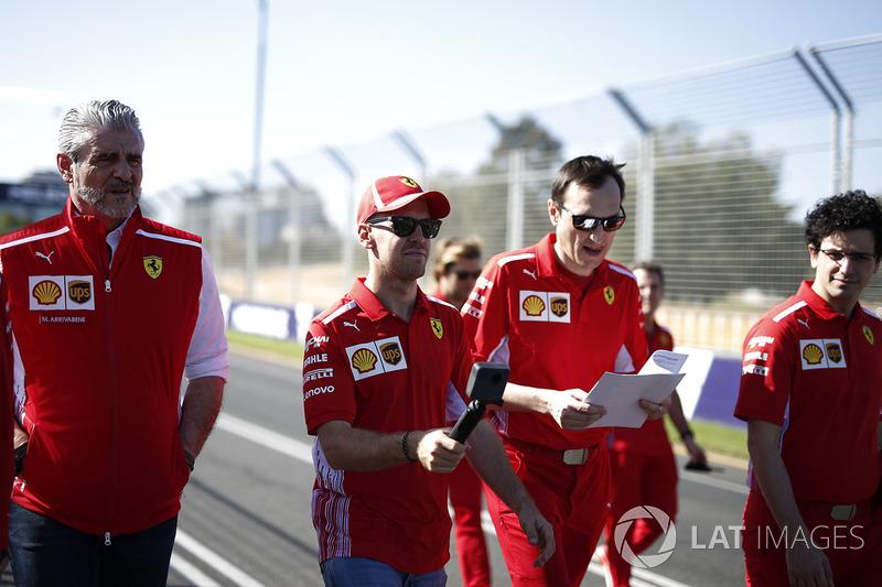 Sebastian Vettel, Ferrari, Riccardo Adami, ingegnere di pista Ferrari, Maurizio Arrivabene, Team Principal Ferrari, camminano lungo il circuito