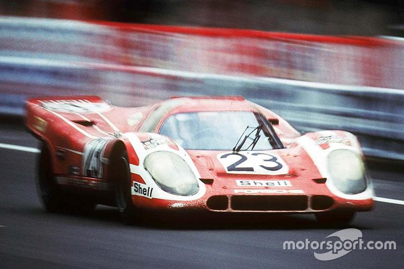 Экипаж Porsche 917K в составе Ханса Херрмана и Ричарда Эттвуда