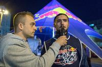 Максим Подзігун бере інтерв'ю в учасника