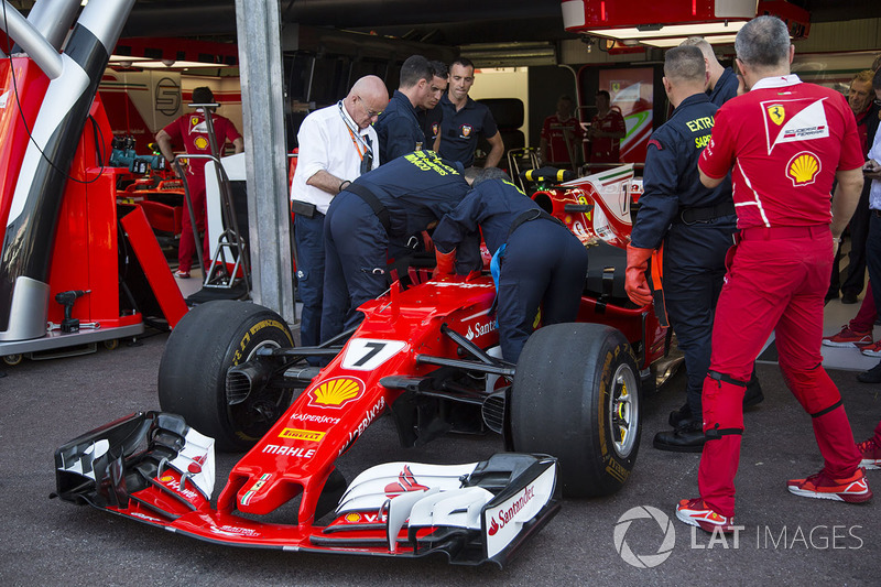 Медики тренуються евакуйовувати пілота із боліда Ferrari